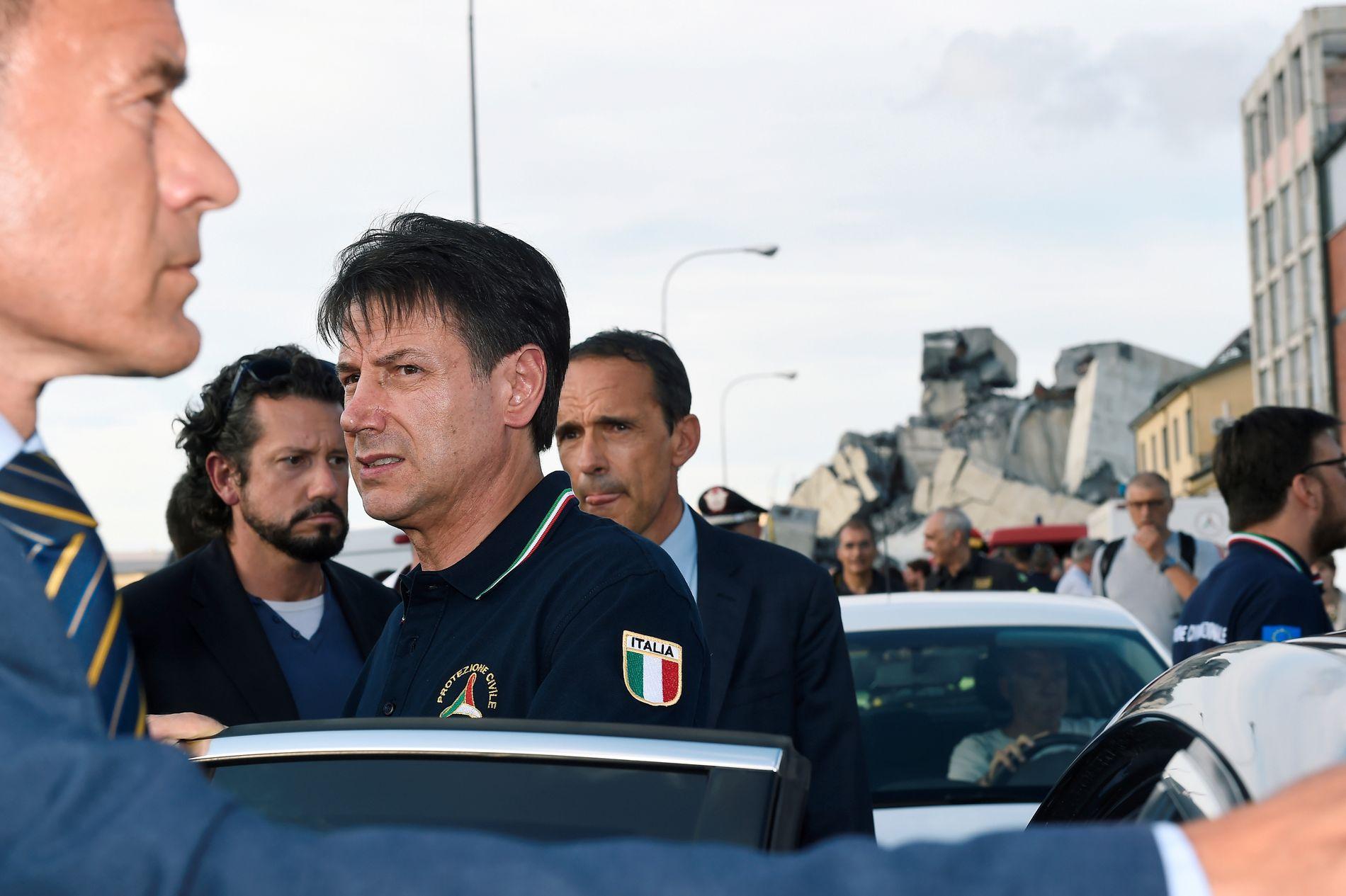INNTRYKK: Den italienske statsministeren sier det det var et sjokkerende skue, da tirsdag han besøkte broen etter kollapset tidligere på dagen.