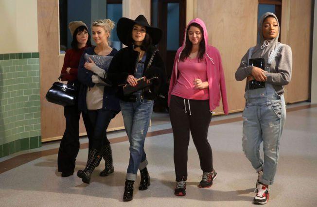 NYE «GREASE»: F.v.: Carly Rae Jepsen, Julianne Hough, Vanessa Hudgens, Kether Donohue og  Keke Palmer under øvelsene til søndagens premiere.