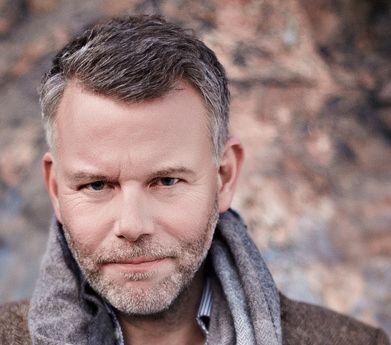 EN Å MERKE SEG:  Svenske Arne Dahl skriver på sitt beste intenst spennende bøker, der intrigene alltid har flere, overraskende lag. Hans siste bok er solid krim, men bekmørk og utmattende, mener VGs anmelder.