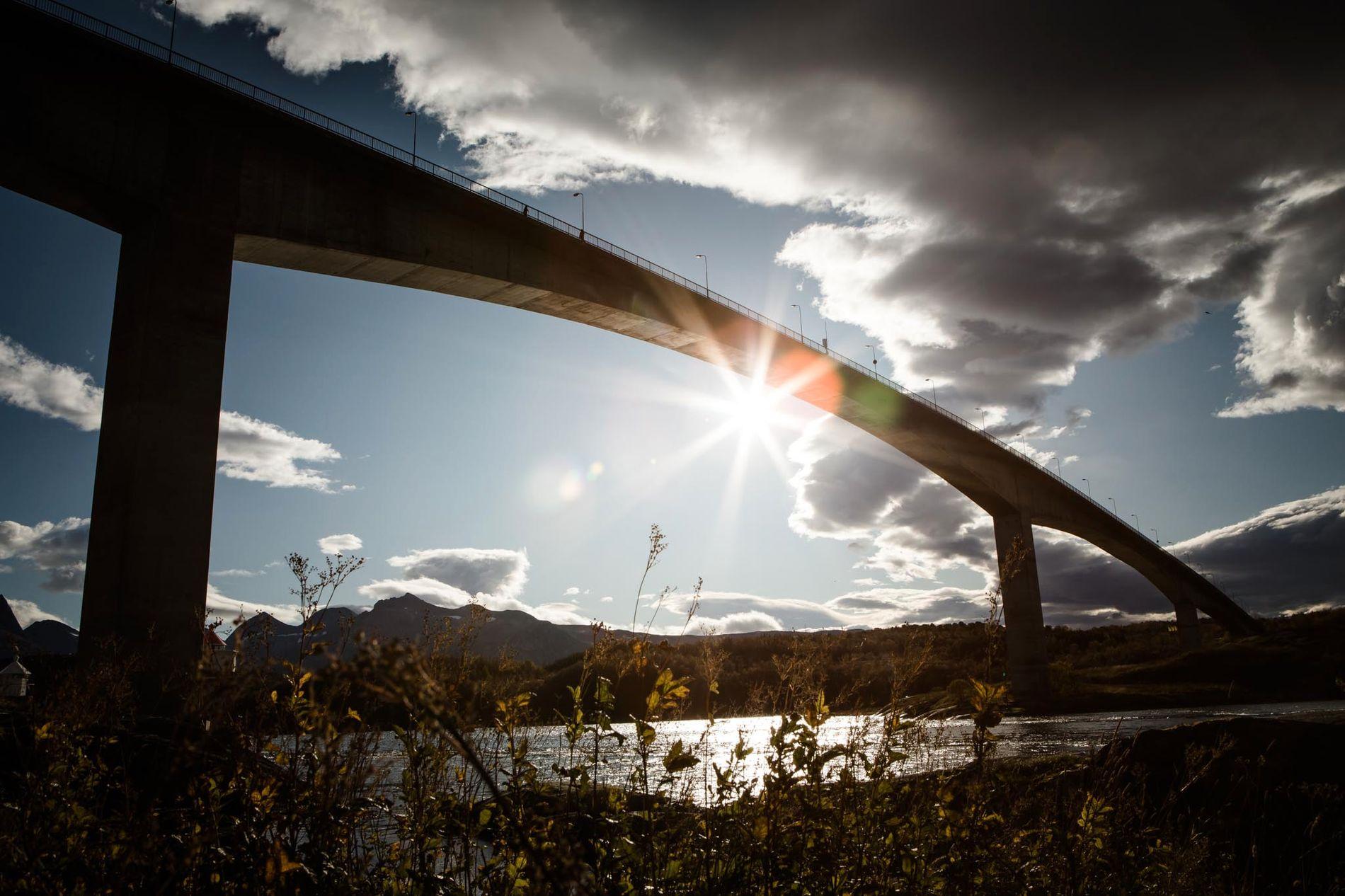 UTENDØRS: Tysfjord-mannen som ifølge påtalemyndigheten skal ha forgrepet seg på seks kvinner, er blant annet tiltalt for å ha misbrukt en ung kvinne på en benk ved  Opplevelsessenteret i Saltstraumen i Nordland.