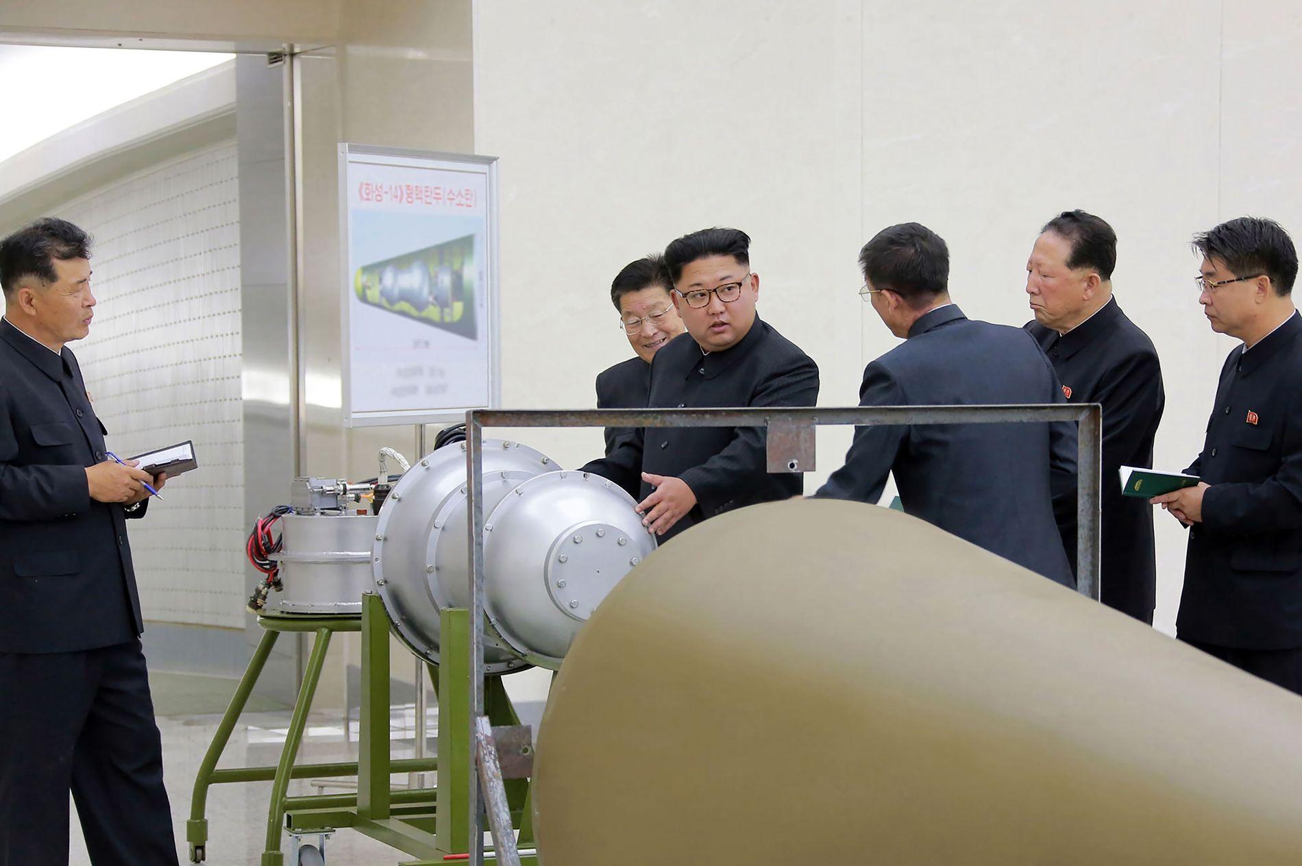 BOMBE? Bilder frigitt av det statlige nyhetsbyrået KCNA viser Nord-Koreas leder Kim Jong-un som inspiserer noe som kan se ut som en hydrogenbombe.