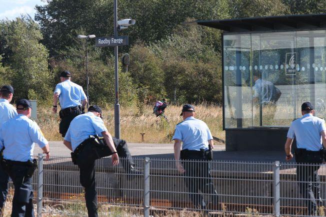 LØP ETTER: Politiet tok raskt opp jakten på flyktningene til fots.