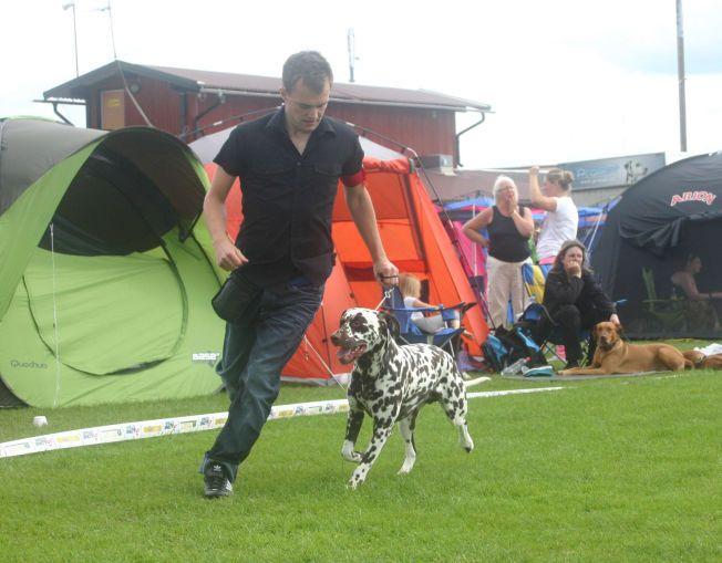 GODE VENNER: Andreas brant for hundesport. Her er han sammen med hunden sin Akilles under en konkurranse i juli 2012.