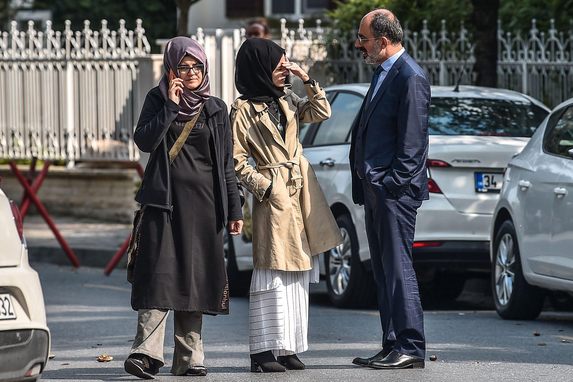 VENTET: Hatice utenfor det saudiske konsulatet i Istanbul dagen etter forsvinningen.