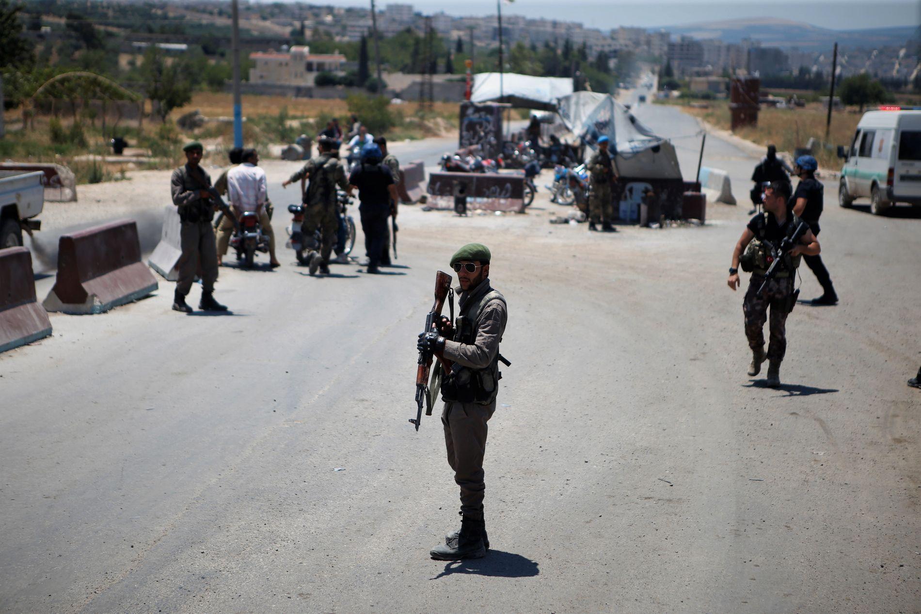 STRENGT BEVOKTET: Tyrkias allierte Free Syrian Army kontrollerer de mange grensepasseringene på vei inn til Afrin by i Nordvest-Syria.