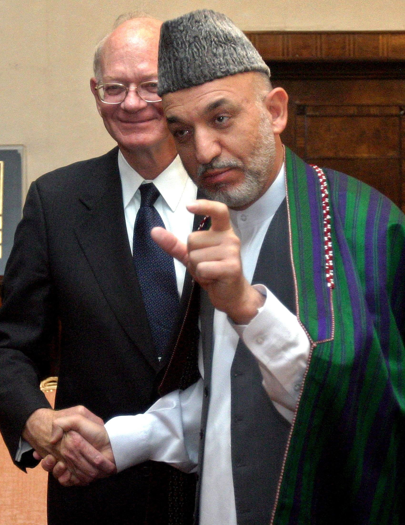 Ronald E. Neumann håndhilser på tidligere president i Afghanistan, Hamid Karzai, i 2005, den gang Neumann var USAs ambassadør i landet.