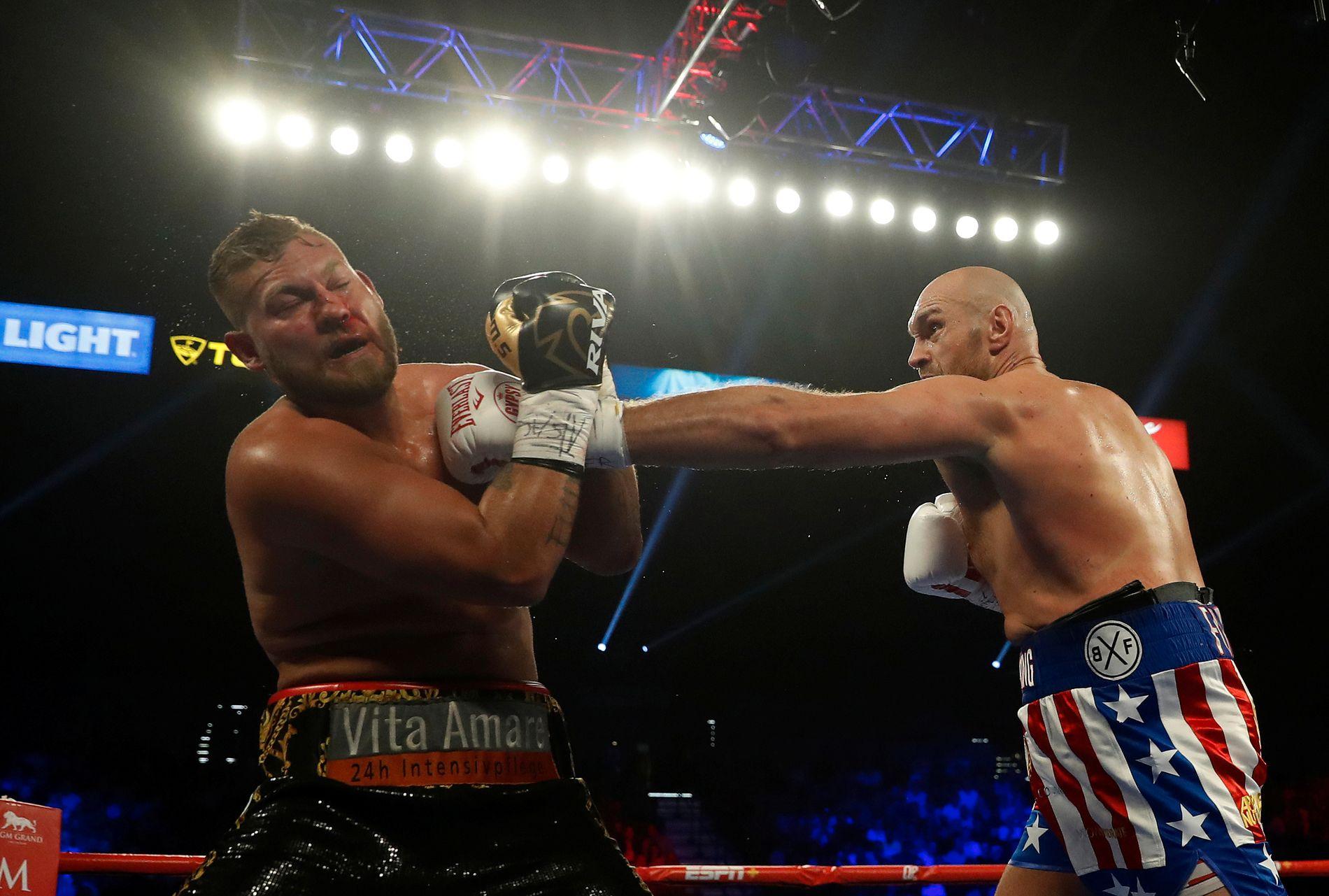 FURY I FORM: Tyson Fury (t.h.) hadde ingen problemer med å slå Tom Schwarz i nattens oppgjør. Dette bildet er fra andre, og siste, runde i MGM Grand Arena i Las Vegas.