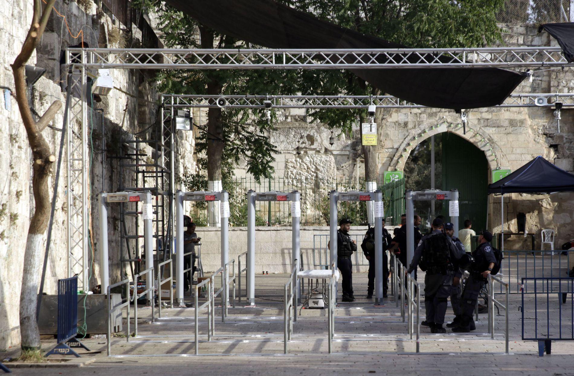 OMSTRIDT: Metalldetektorer ble forrige uke satt opp for å kontrollere adgangen til moskeen på Tempelhøyden i Jerusalem.