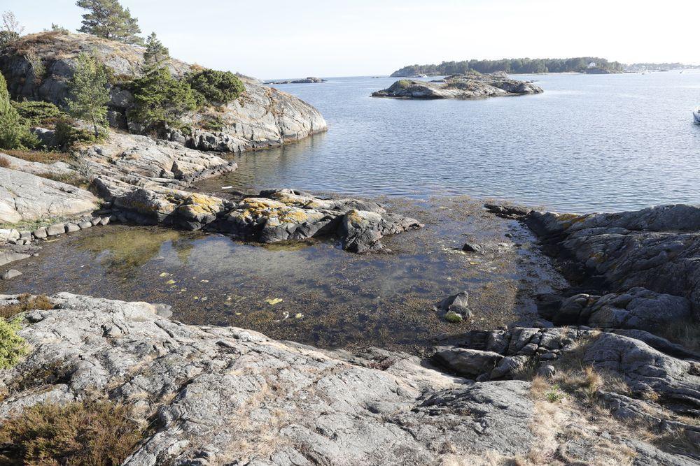 KRASJET: Vannscooteren til Skofterud ble liggende i en liten bukt mellom to holmer på øya St. Helena i Hovekilen på Tromøya i Arendal. Skofterud ble funnet på land.Foto: Frode Hansen