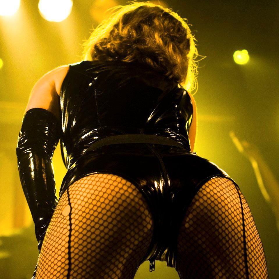 LEGENDARISK: Beritz (Berit Boman) og hennes - ifølge bandet selv - legendariske akterspeil er en viktig og sexy ingrediens i DDRs show.