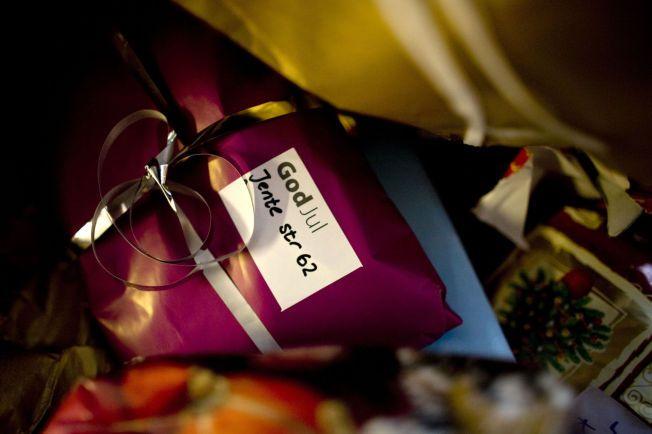 be0708a1 BRUKTE GAVER: I julen pakker mange foreldre inn barnas brukte klær og leker  for å gi dem bort til fattige barn. Er det nedverdigende for de som skal ta  imot ...