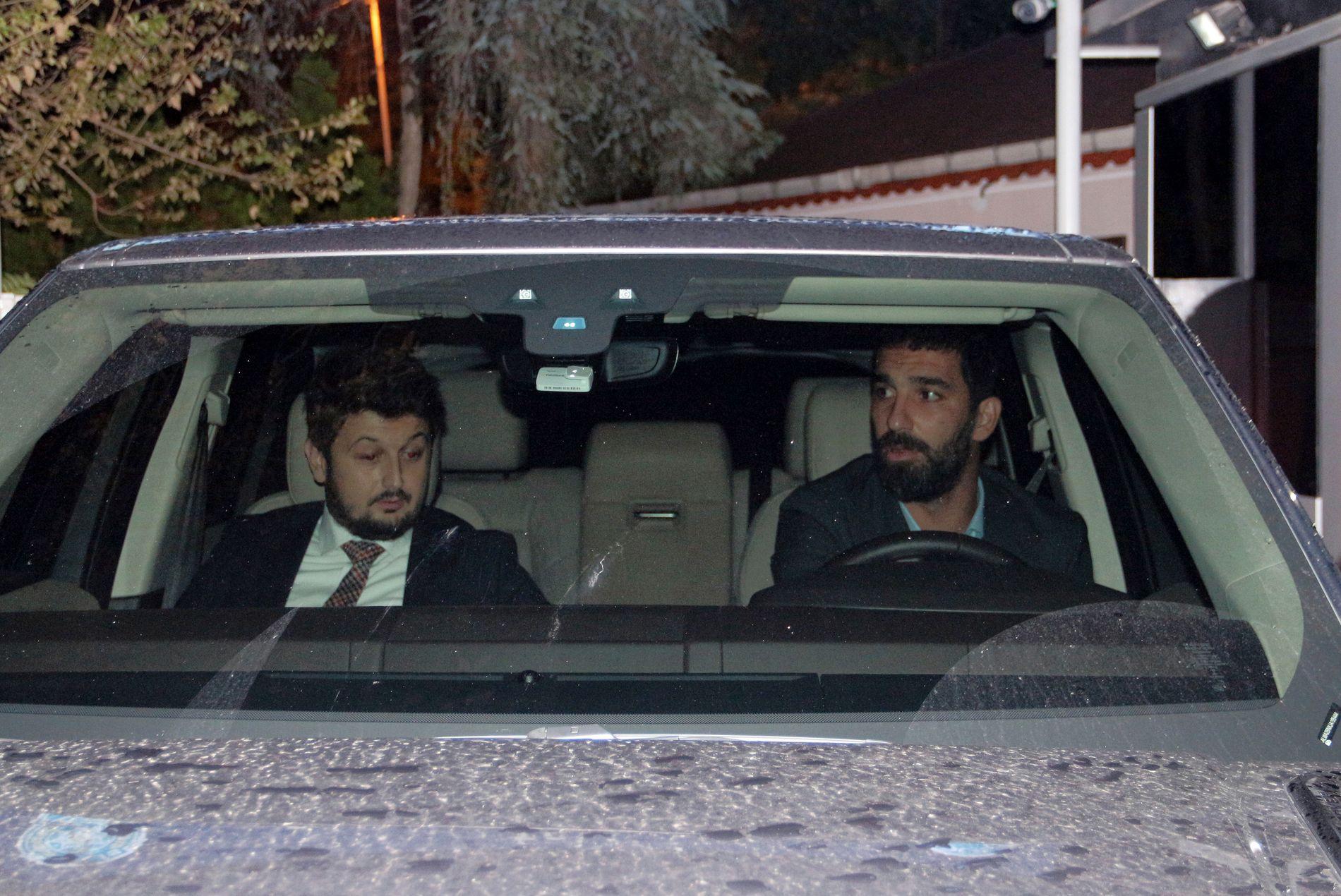 AVHØRT: Arda Turan (til høyre) er her avbildet mens han forlater en politistasjon i Istanbul torsdag.