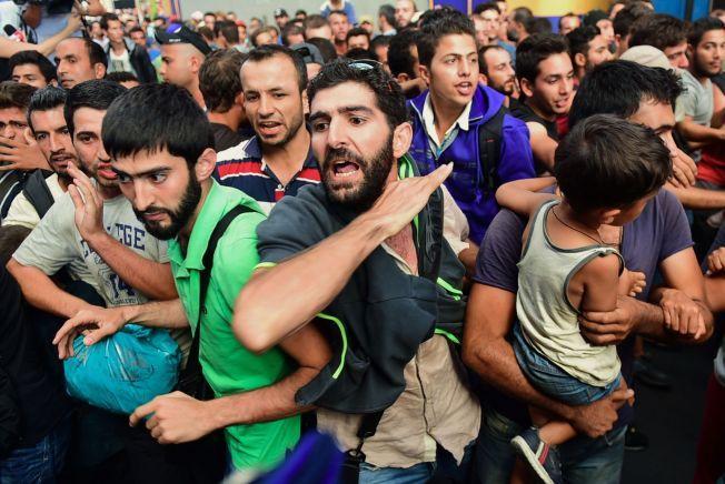 STENGTE: Da det lokale politiet bestemte seg for å evakuere og stenge togstasjonen i Budapest var det mange av flyktningene som protesterte.