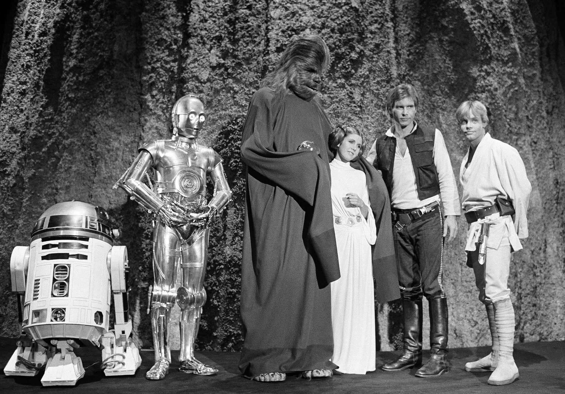 ORIGINALENE: Kenny Baker, Anthony Daniels, Peter Mayhew, Carrie Fisher, Harrison Ford og Mark Hamill under innspillingen av en spesialsending om «Star Wars hos TV-kanalen CBS i 1978.