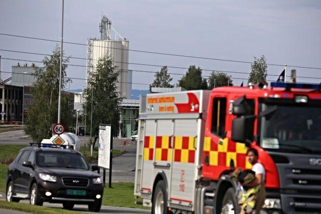 KAN KOLLAPSE: Politiet har evakuert og sperret av et område rundt denne kalksiloen i Verdal, som står i fare for å bryte sammen.