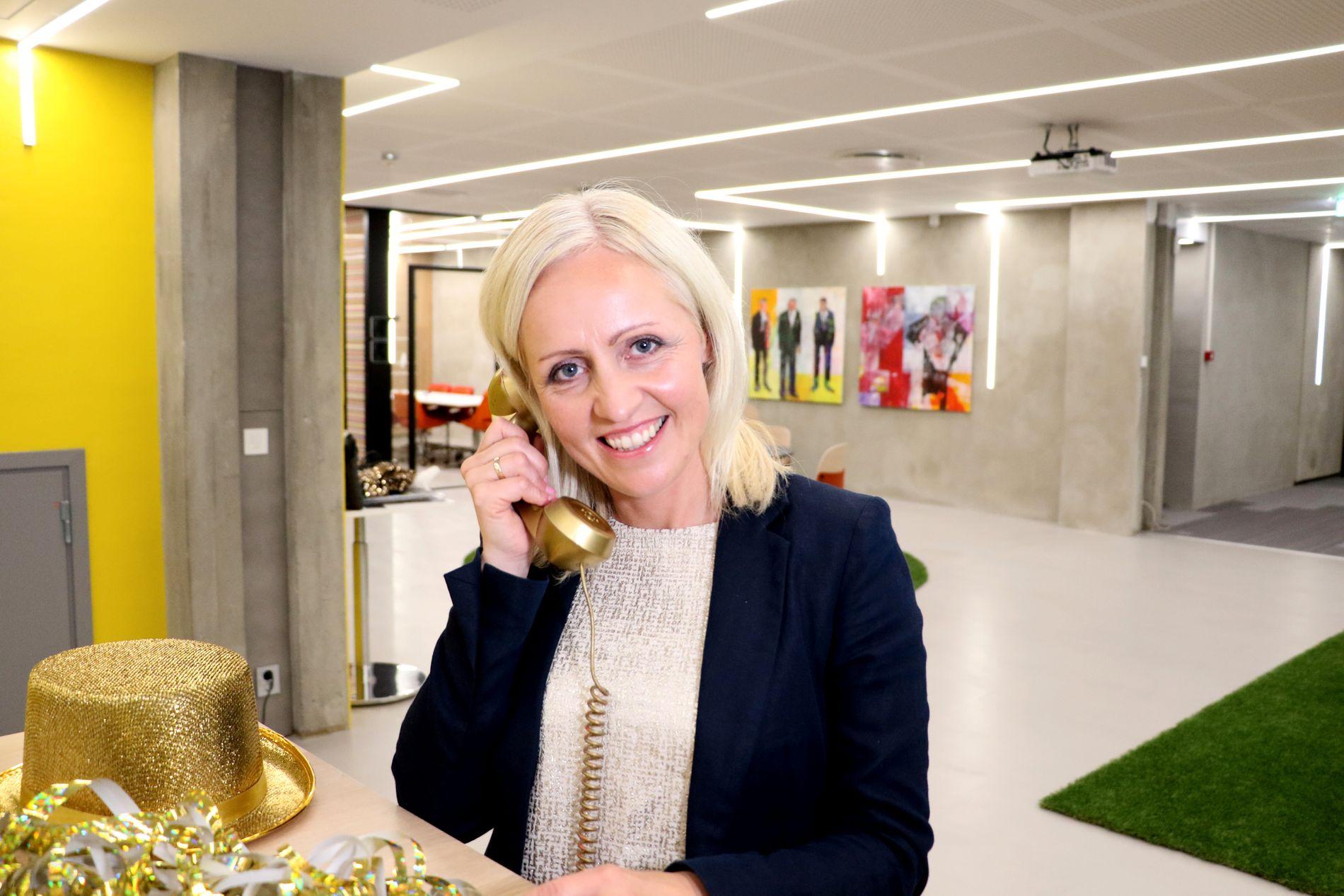 GA GLADBESKJEDEN: Ingrid Roterud Mathisen gjorde en nordmann meget fornøyd da hun fortalte at han hadde vunnet 441 millioner kroner fredag.