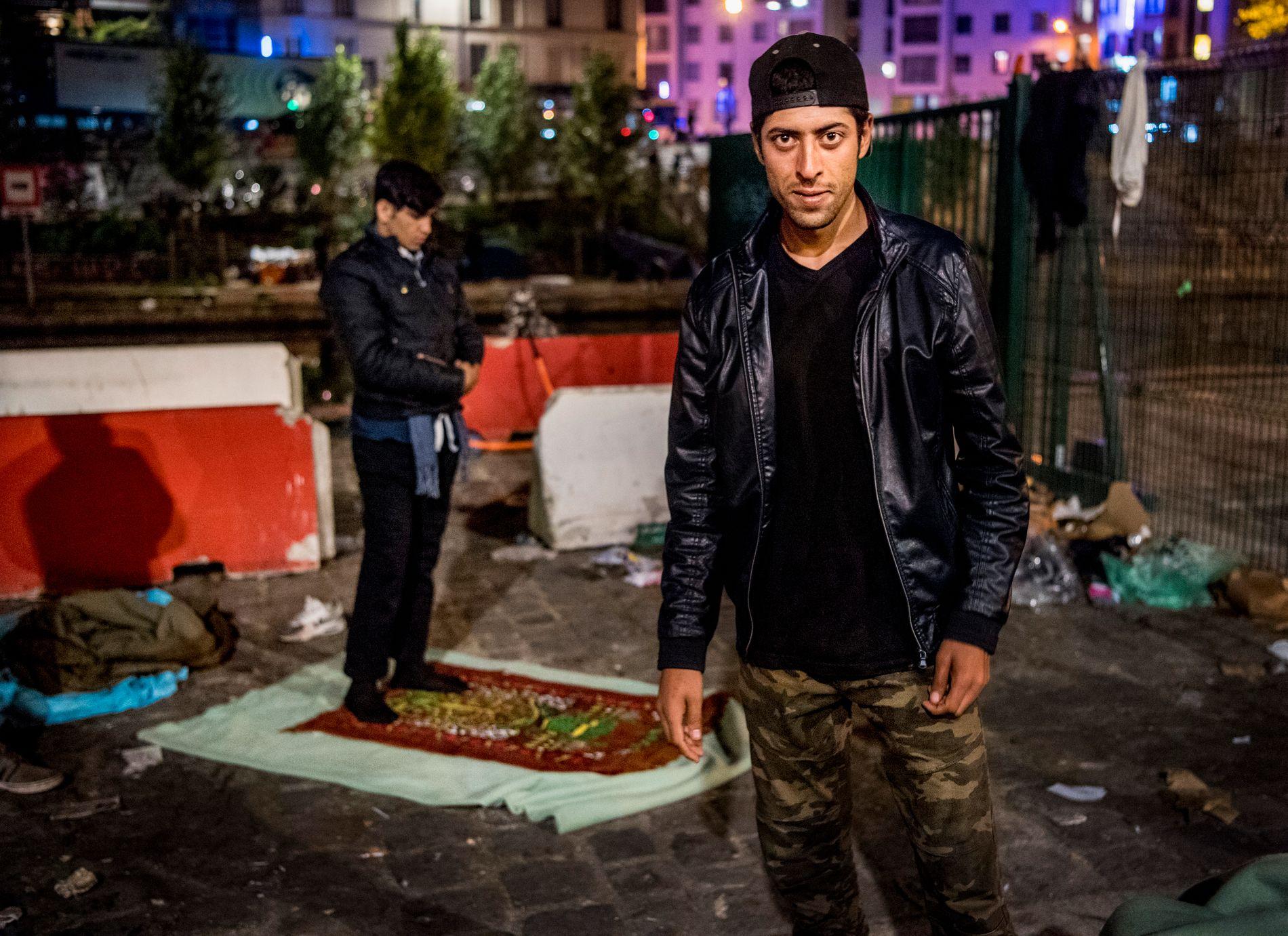 EN BØNN: Javid (21) bodde ett år i Norge før han kom til Paris. Nå har han bodd her på gaten i 20 måneder. «Det er ingen fremtid her, det er bare å leve», sier Javid. Bak ham har en ung afghaner vendt seg mot Mekka.