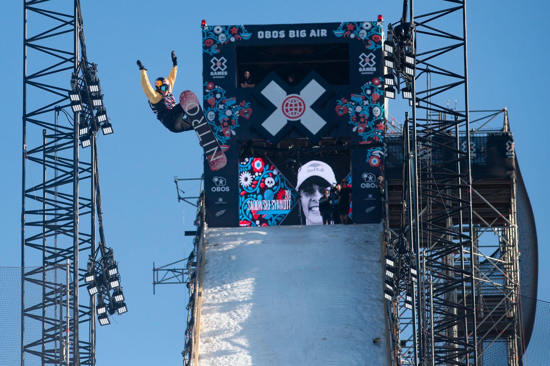 FALT ØKONOMISK: Zoi Sadowski-Synnott fra New Zealand under X Games-finalen i Big Air på snowboard for kvinner på Fornebu i mai.
