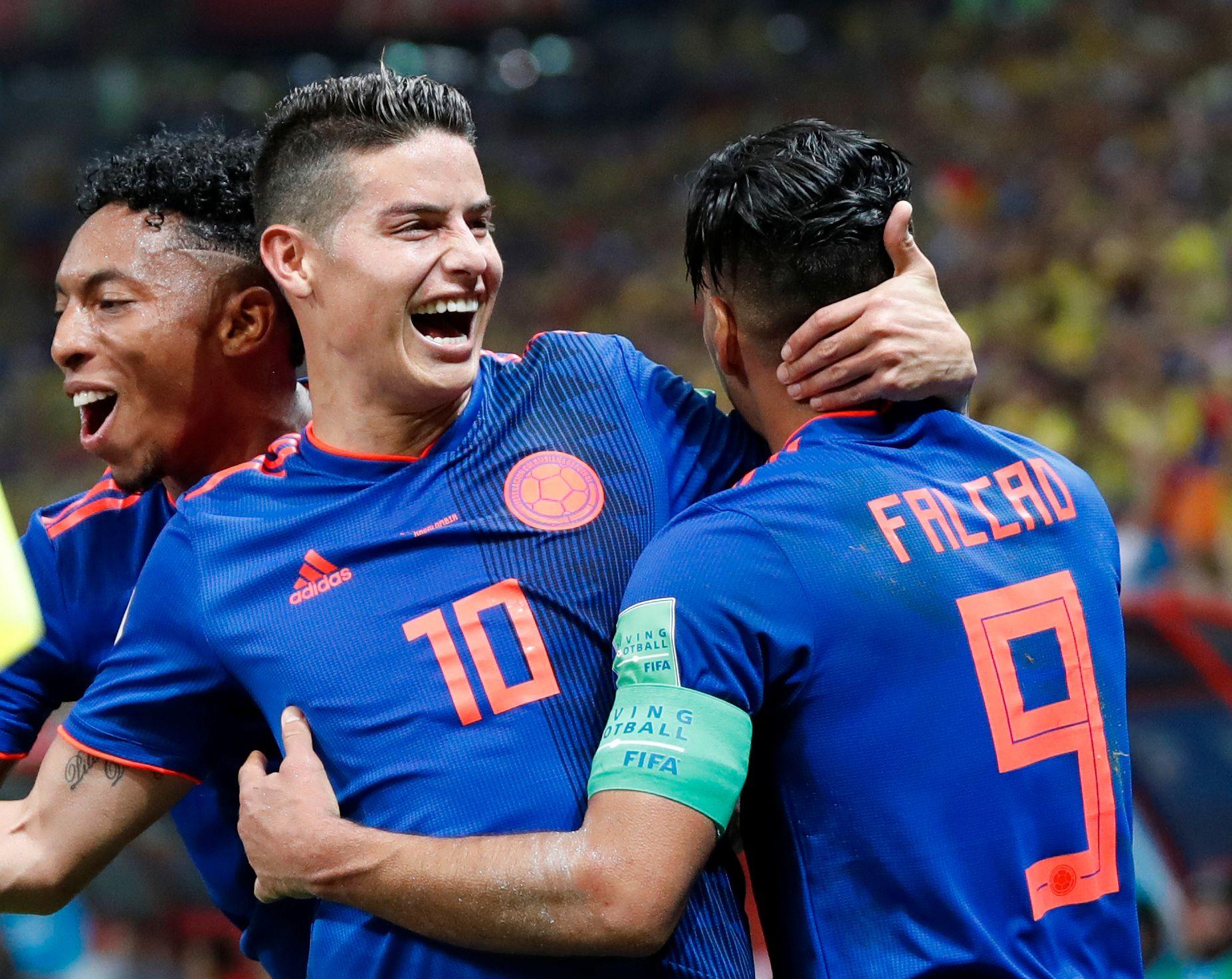 SERVITØREN:  James Rodríguez la opp til to av Colombias mål mot Polen. Her feirer han 2–0-scoringen sammen med Radamel Falcao.