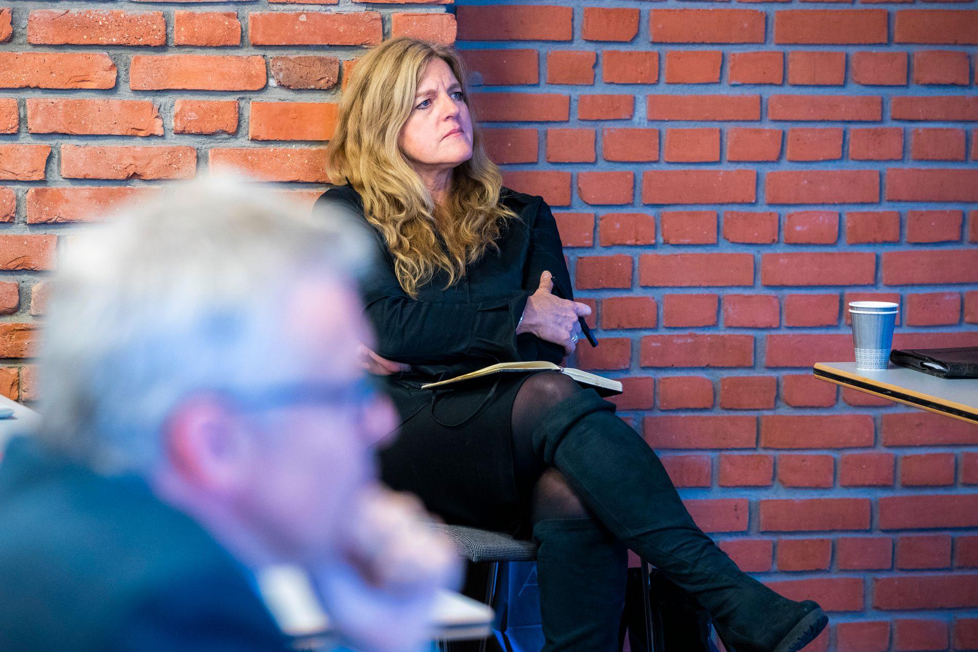 HAREIDES HØYRE HÅND: Generalsekretær Hilde Frafjord Johnson, her i et møterom på Stortinget i Oslo mens hun lytter til Knut Arild Hareides tale til landsstyret i KrF 28. september i år.
