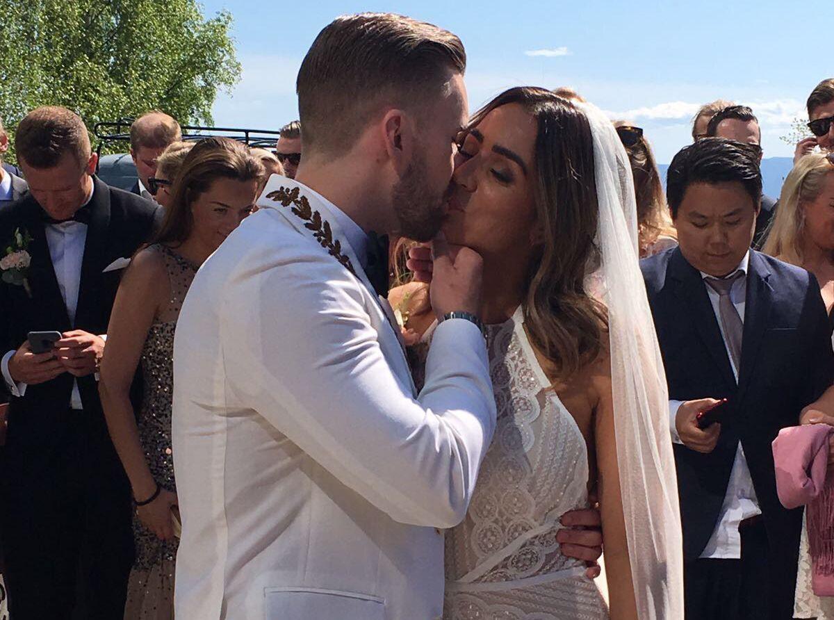KLINTE TIL: Stian Blipp og Jamina Iversen giftet seg i idylliske omgivelser i Hamar 19. mai, og kysset åpenlyst på utsiden etter vielsen.