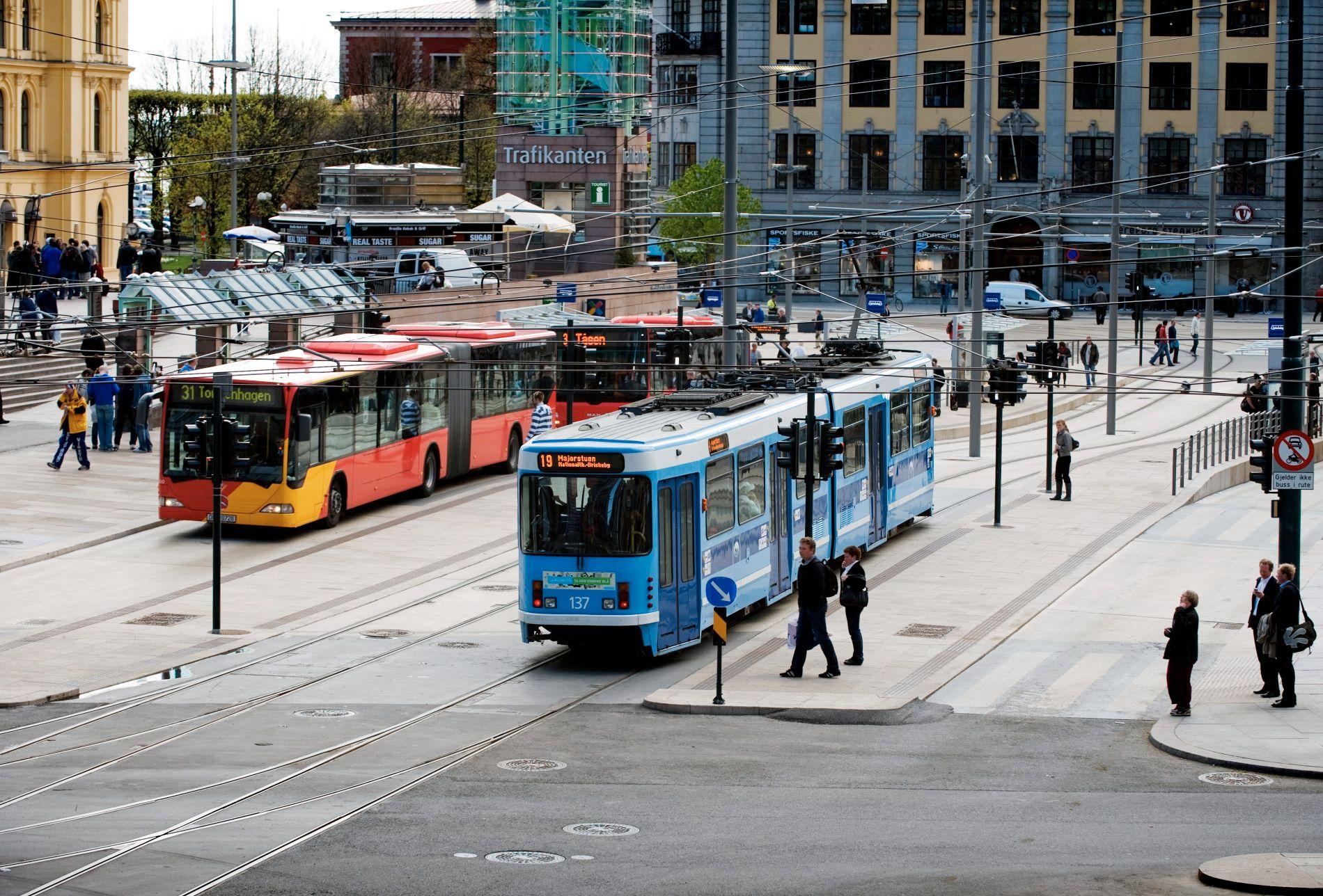 SPLITTER FOLKET: Bompengekaoset deler Oslobefolkningen i to. Likevel er de fleste i hovedstaden tilhengere av å bruke bompenger på kollektivtrafikk og tiltak for gående og syklende. Bildet er tatt på Jernbanetorget midt i Oslo sentrum i 2009.