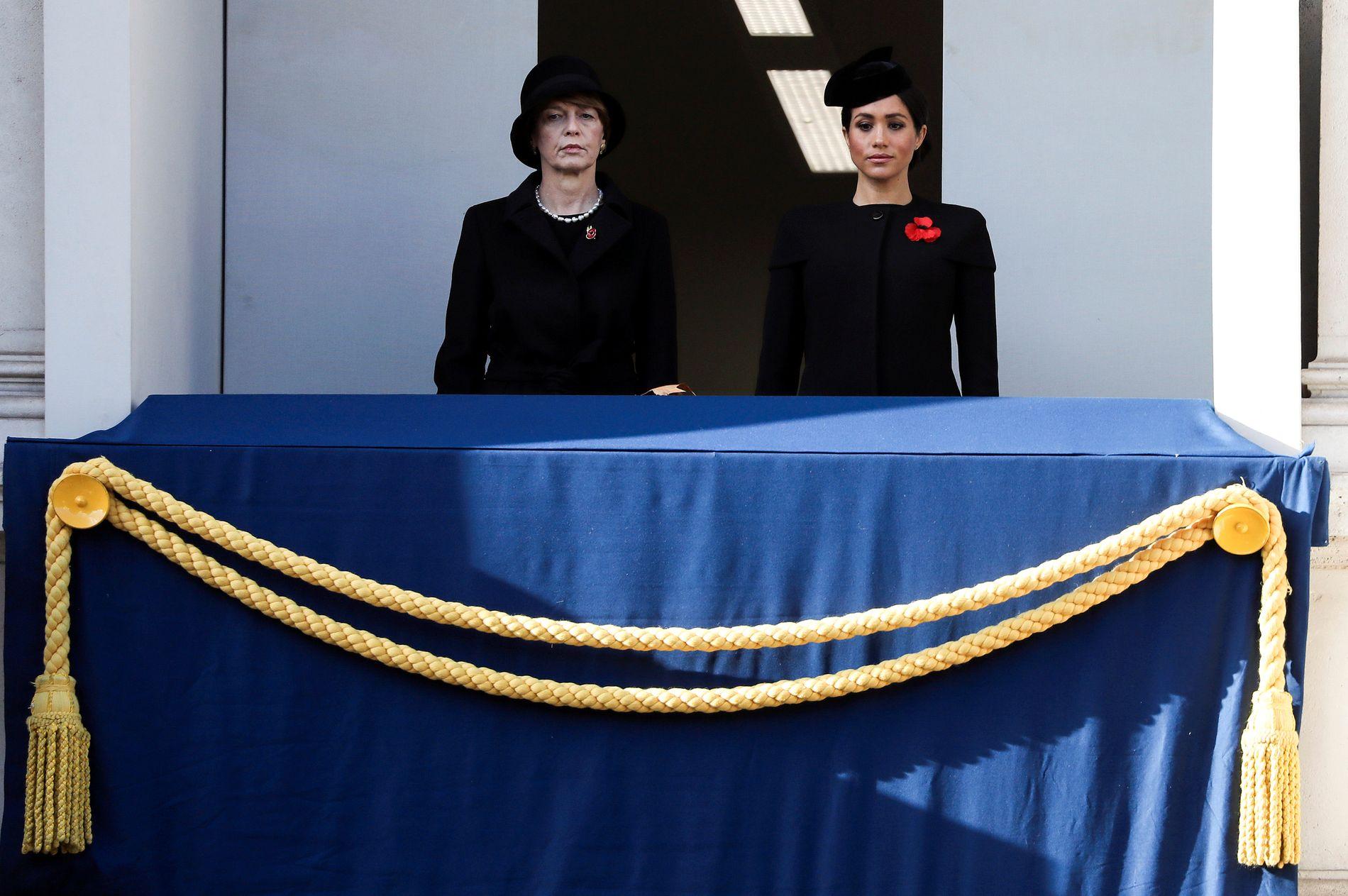 GANSKE ALENE:  Meghan Markle (t.h.) hadde selskap av den tyske presidentfruen Elke Büdenbender på den ene balkongen søndag.