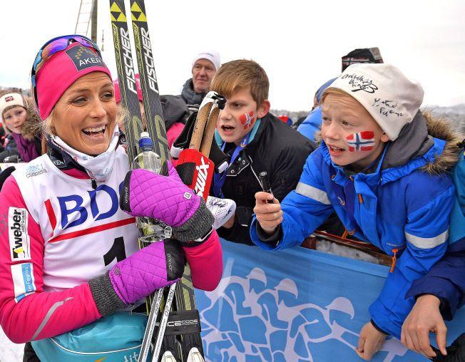 POPULÆR DAME: Therese Johaug møtte fansen etter at hun vant 10 km klassisk under den nasjonale åpningen på Beitostølen forrige helg. Lørdag er det verdenscupåpning i Kuusamo.