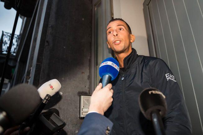 MØTTE PRESSEN: Mohamed Abdeslam snakker med journalister utenfor familiens hus tidligere denne uken. Nå har han gitt et nytt intervju.