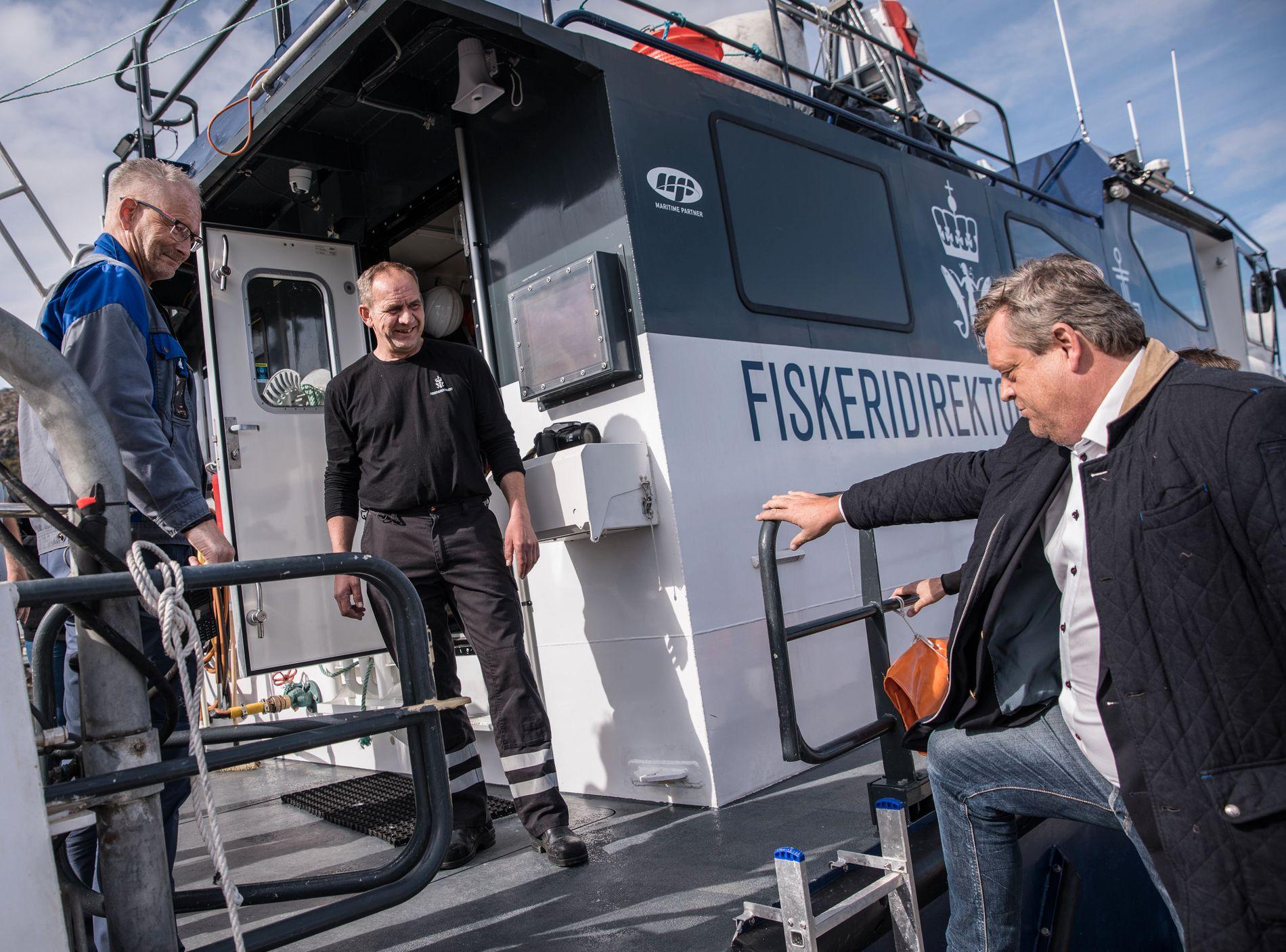 VURDERER ALGE-TILTAK: Fiskeriminister Harald Tom Nesvik (Frp) på vei om bord i Fiskeridirektoratets vaktfartøy «Rind».