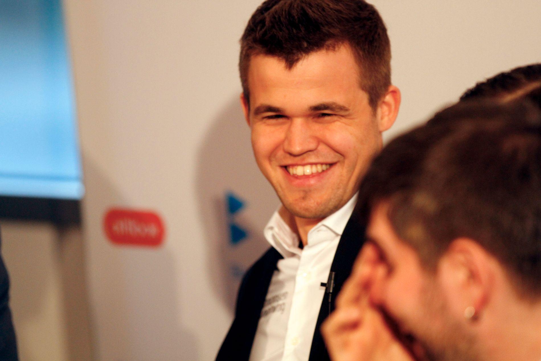 FÅR ROLLE I THE SIMPSONS: Magnus Carlsen gliser bredt under Norway Chess i år.