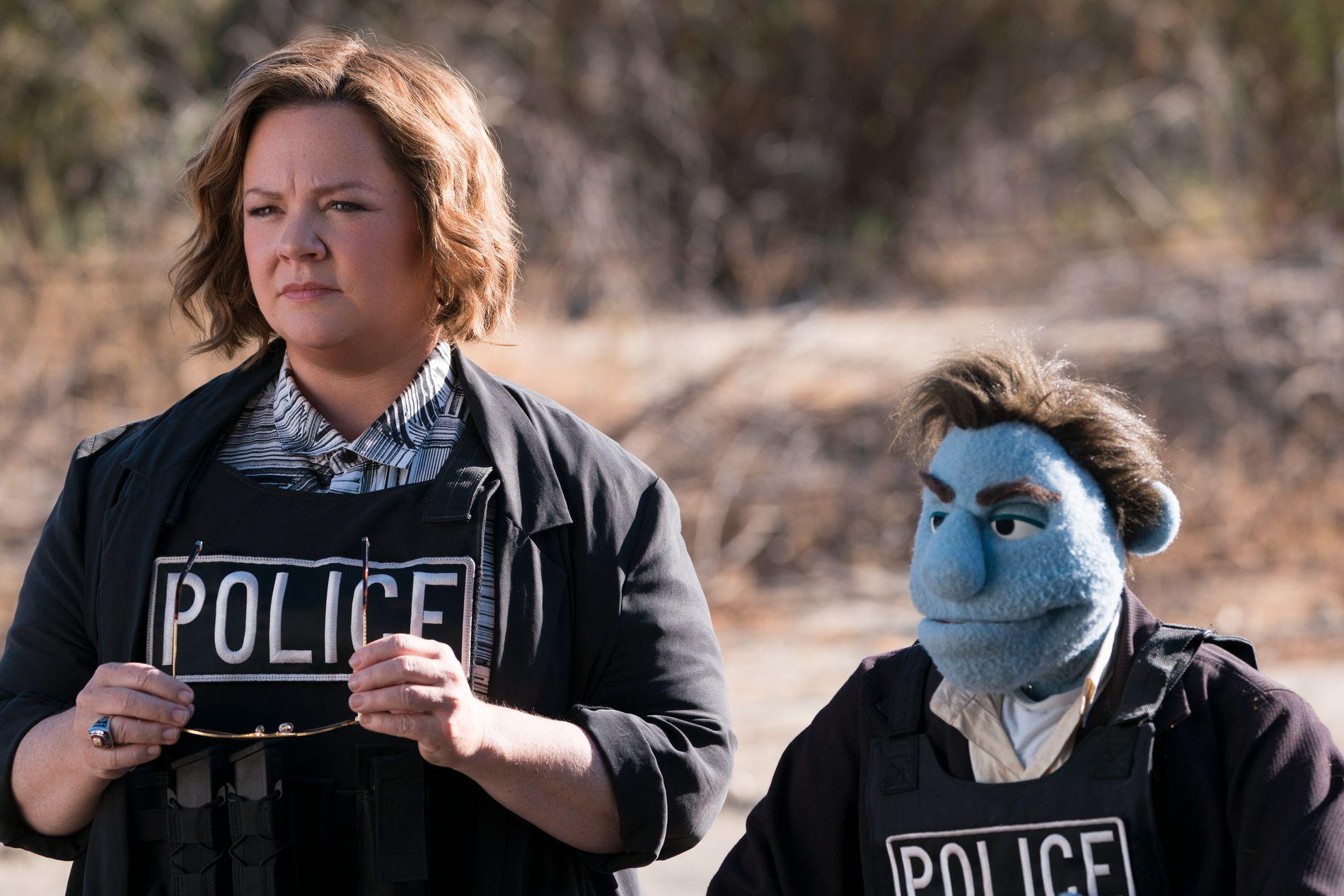 PARTNERE I KRIMINELT DÅRLIG FILM: Melissa McCarthy og «Phil Phillips»  i «The Happytime Murders».