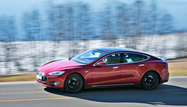 SUPEREL: Denne Tesla Model S P85D ble markedsført med hele 700 hk. Nå markedsføres den samme bilen med 231 hk mindre. Foto: JAN PETTER LYNAU