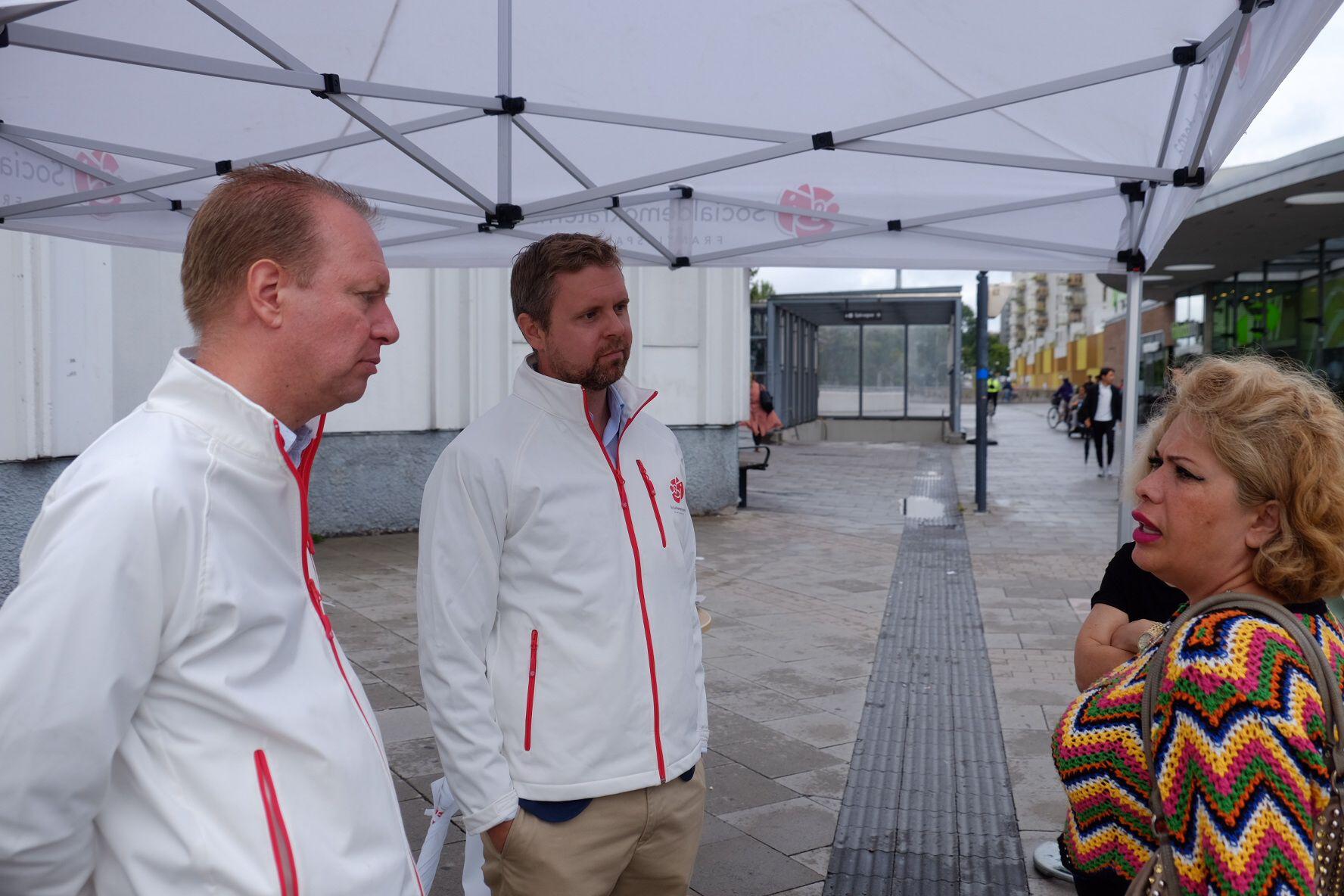 SINT: Mandana Amini (46, t. h) er ikke fornøyd med Socialdemokraternas politikk i Göteborg. Politiker Johannes Büser (35, i midten) prøver forgjeves å overtale henne.