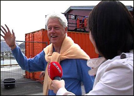 SPENNEDE: Bill Clinton tok mandag formiddag seg en liten spasertur rundt i Tromsø. På veien fortalte han til VG Nett at han synes det spesielle lyset i nord er så spennede at han nesten ikke fikk sove. Foto: Gyda Kathrine Hesla