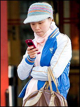 TEKSTER: Kinas mobilabonnenter tekster for harde livet. Men nordmenn er enda råere på tastingen. Foto: EPA