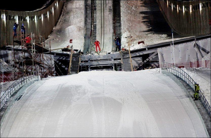 HOPPET I KOLLEN: Tirsdag kveld satte rundt 12 utøvere fra Kollenhopp utfor Holmenkollbakken. Foto: Scanpix