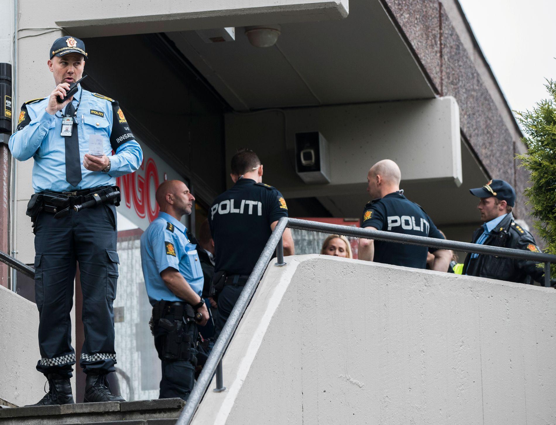 OSLO 20170604. En mann er alvorlig skadd etter å ha blitt knivstukket på Ensjø bingo i Oslo søndag ettermiddag. Politiet i arbeid på stedet. Foto: Berit Roald / NTB scanpix