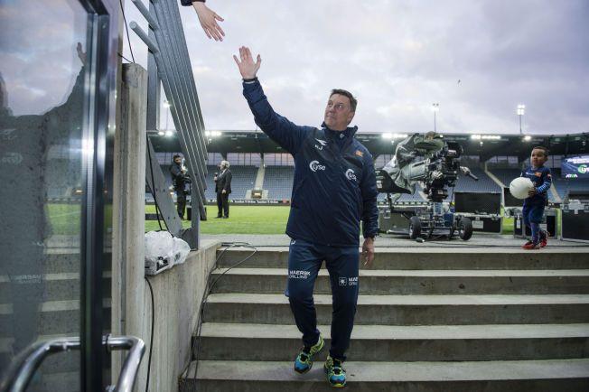 GÅR: Kjell Jonevret går av Viking stadion og takker fansen etter seieren over Molde.