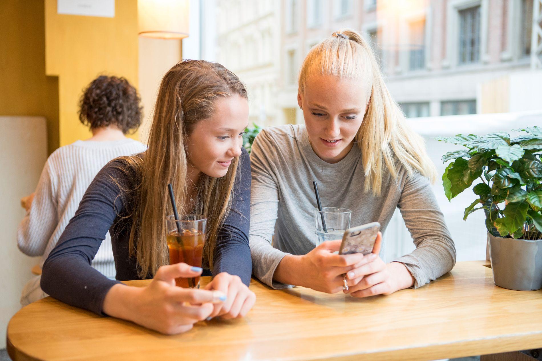 LYKKELIGERE UTEN?  45 prosent av norske barn mener selv at de bruker for mye tid på skjerm. Jentene er mer mest kritisk til egen tidsbruk. 31 prosent mener de bruker for liten tid til å treffe venner, ifølge medietilsynets Barn- og medieundersøkelse.