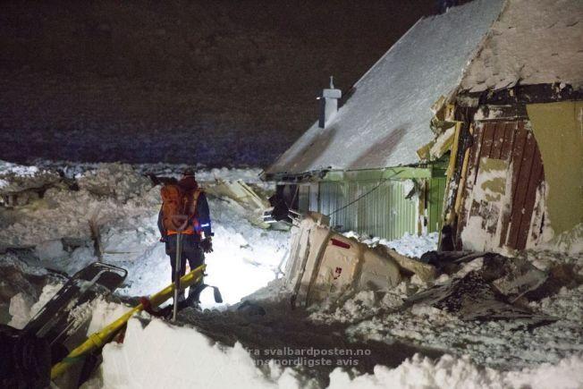 SKADER: En av redningsmannskepene på vei inn i et smadret hus.