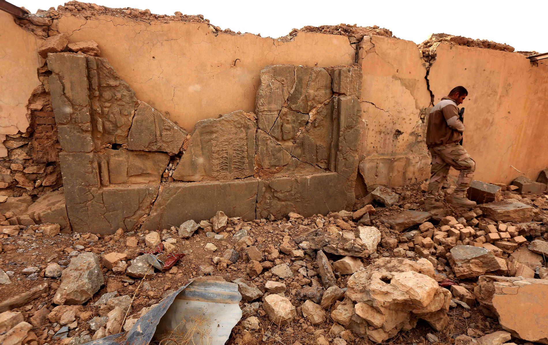 ØDELAGTE FORTIDSMINNER: En irakisk soldat går gjennom ruinene av et palass i Nimrud, som IS har ødelagt. Dette var ett av verdens viktigste arkeologiske funn.