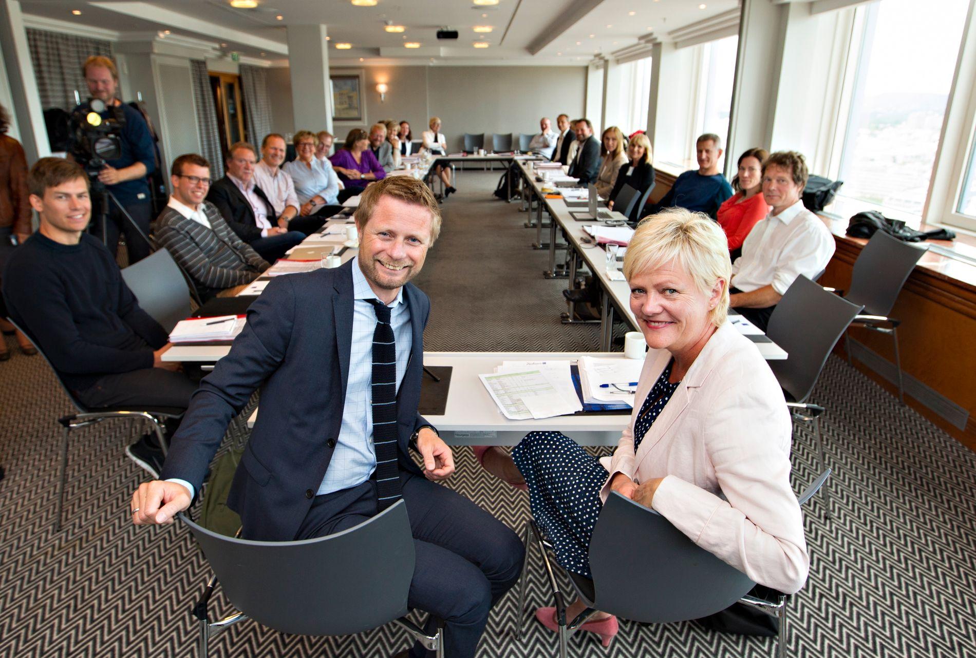 RÅDET: Bioteknologirådet med leder Kristin Halvorsen fotografert i 2015 - i sitt første møte med helseminister Bent Høie (H). Nå kan Høie og regjeringen sende rådet og sekretariatet på 7 ansatte ut av Oslo.