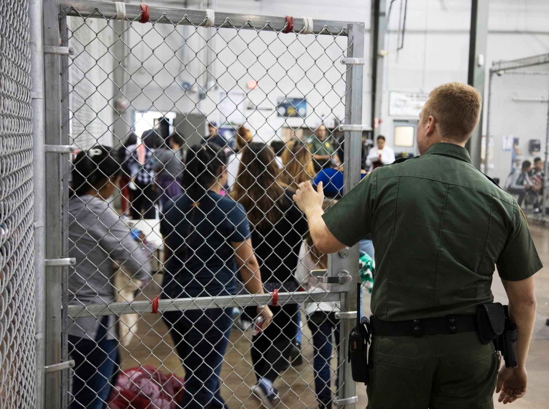 ARRESTERT: Mennesker som er pågrepet i forbindelse med ulovlig innvandring til USA står i kø i ett av grenseanleggene i Texas.