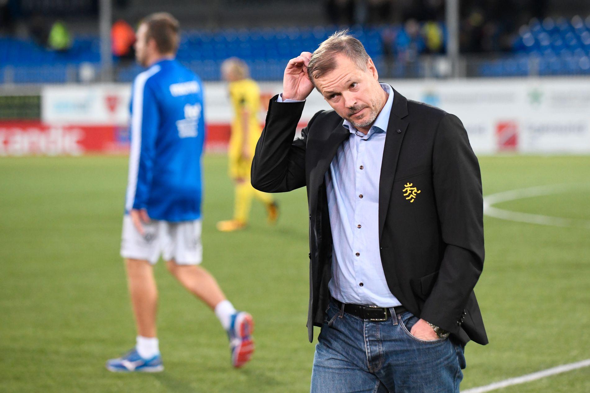 GRUNN TIL Å TENKE: Kjetil Rekdal, Start-trener, klør seg her i bakhodet etter uavgjort mot Kristiansund. Start sliter på bortebane.