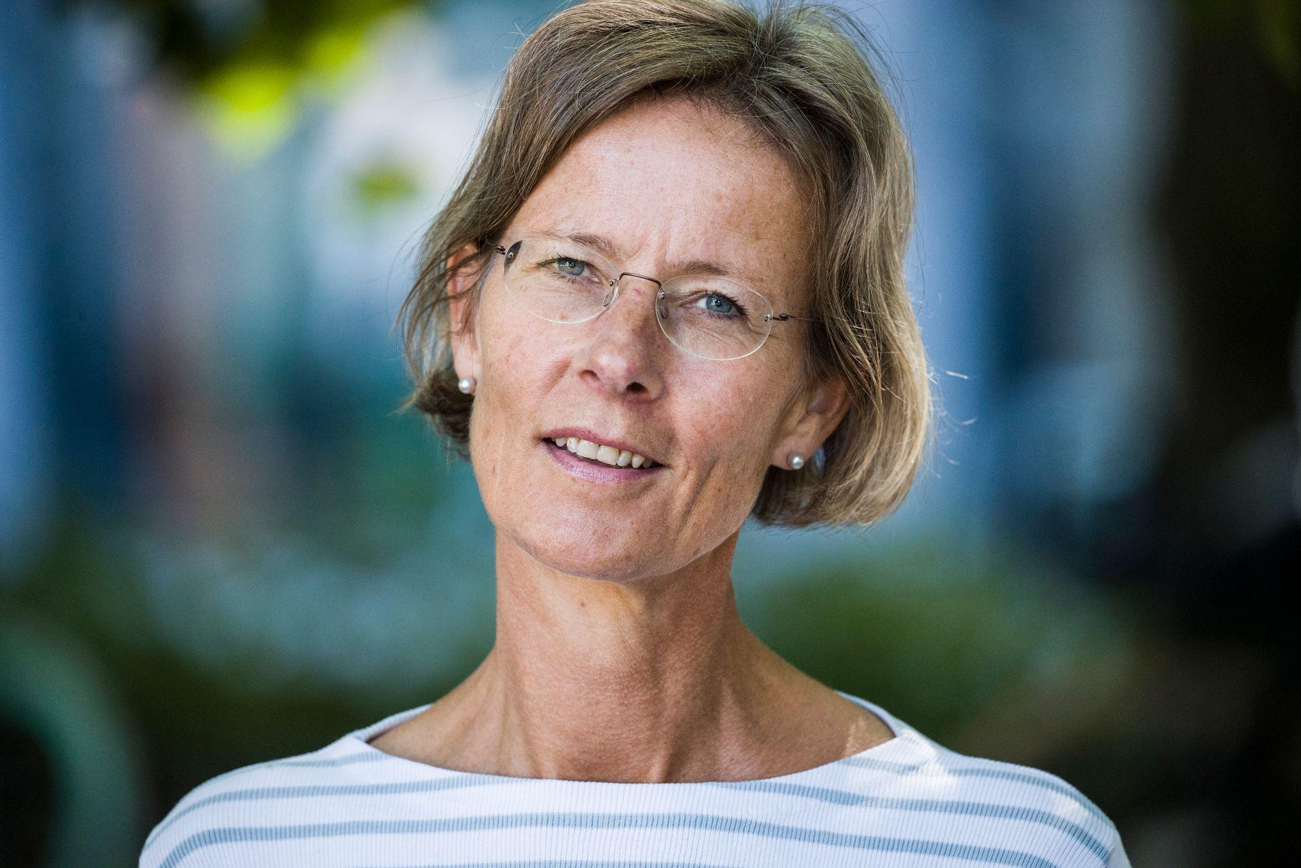 DEBUTROMAN: Helga Hjorth jobber som jurist i Riksarkivet og «Fri vilje» er hennes debutroman og hennes forsvar mot storesøster Vigdis Hjorths «Arv og miljø». Nå er totalopplaget oppe i 16.000 - noe som er svært uvanlig for en debutroman.