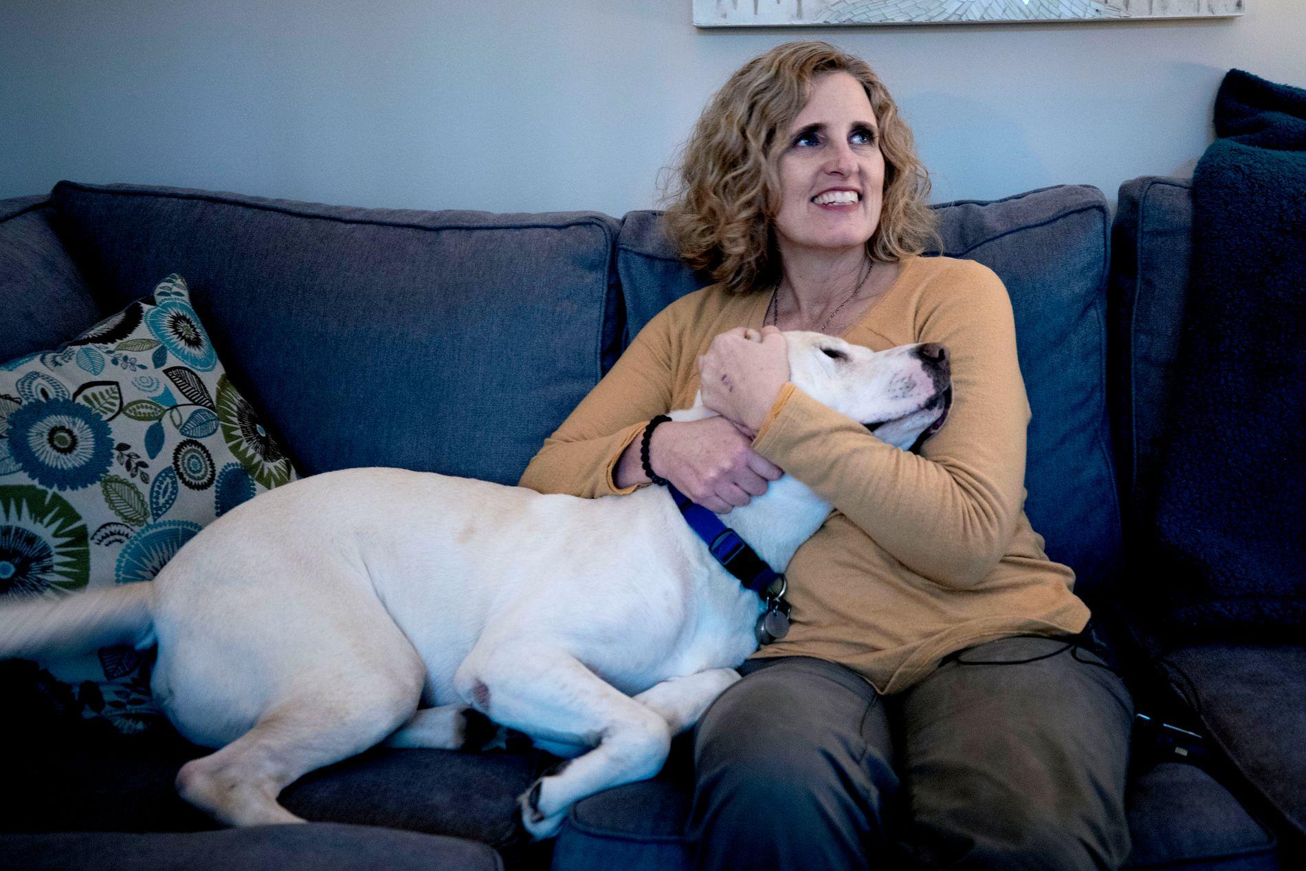 FIKK SPARKEN: Juli Briskman fikk sparken fra sin forrige jobb etter å ha vist fingeren til USAs president. Her sammen med kjæledeggen Sailor.