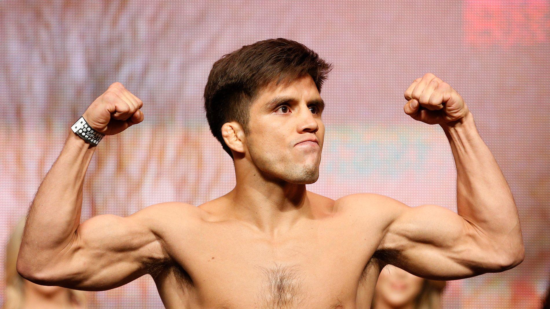 UTEN TAP: Henry Cejudo viser muskler før sin klart tøffeste kamp i MMA-buret.