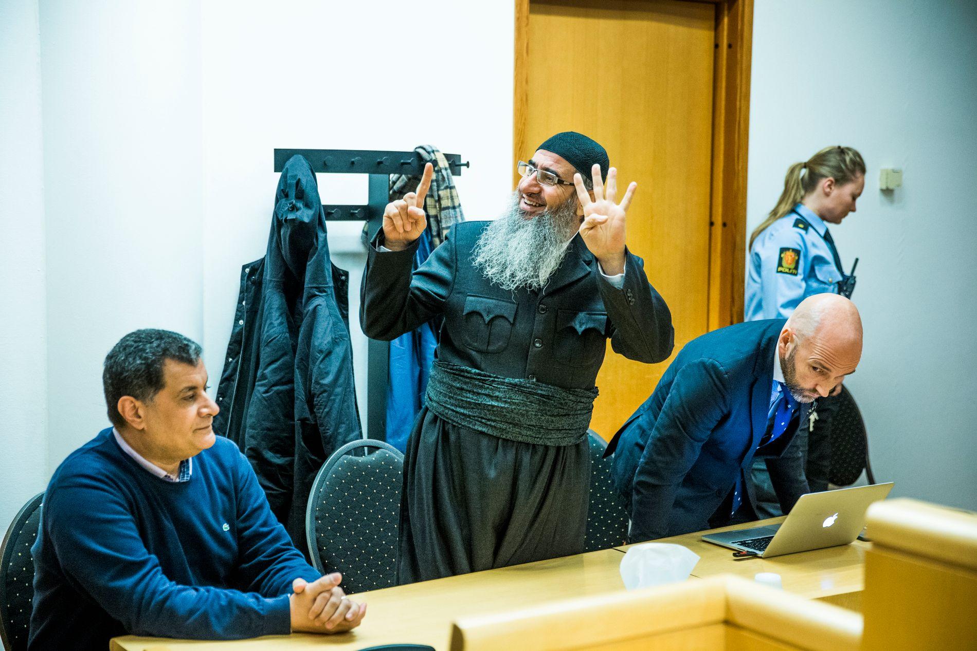 BER IKKE OM BØNN: Mullar Krekar har aldri bedt retten om tid til å be. - Jeg regner med at han er på trygg teologisk grunn, sier hans forsvarer Brynjar Meling.