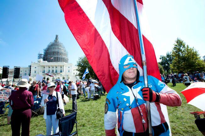 I PROTEST: Den tidligere marinesoldaten Jim Griffin var utkledd som Captain America under onsdagens protest utenfor Kongressen.
